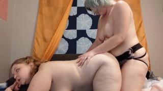 Két szexi duci iskolás leszbi lány kényeztette egymást