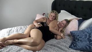 Szőke Barátnők Kényeztetik Egymást A Hálószobában